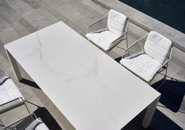 Table Machar top céramique blanc pieds en aluminium - OASIQ