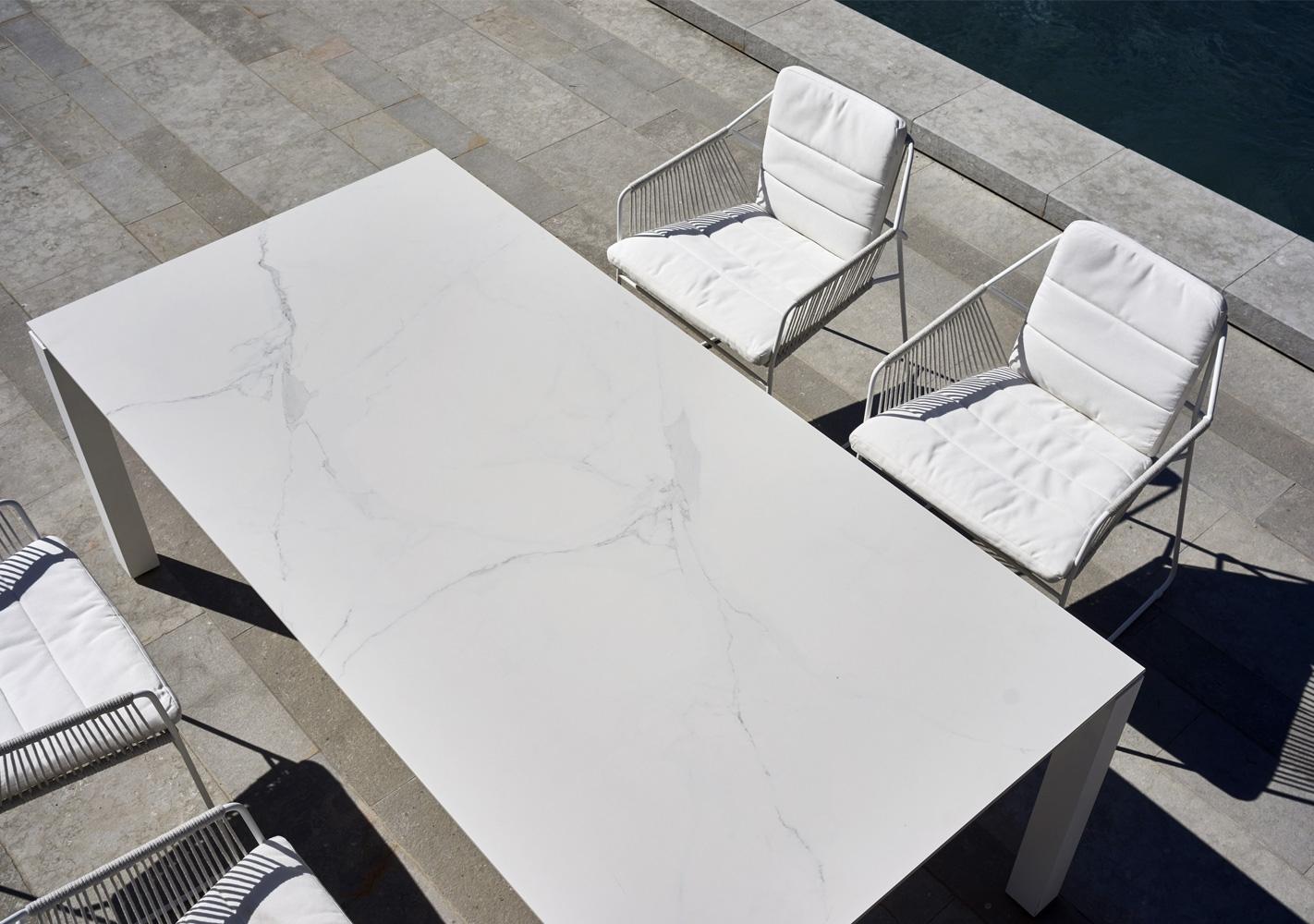 Table Machar blanche pieds teck - OASIQ