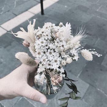 Aujourd'hui rencontre avec les bouquets @selah.atelier !  Une merveille, un mélange de fleurs séchées et de fleurs stabilisées pour une impression «fleur fraîche» incroyable !  Et tout ça 100% local !   Il vous faut un bouquet @selah.atelier   Venez vite les découvrir dans vos @gooddesignstore  ———————————————— Nice  nice@good-designstore.com 0973199469 —————————————————— Marseille ⠀ marseille@good-designstore.com⠀ 01 82 83 11 64 —————————————————— ✌️ #cotedazurcard #lifestyle #gf_daily #tourismepaca #jaimelafrance #loves_france_  #bns_france #dontsnapshoot #ilovenice #guideinstanice #decoration #gooddesignstore #nicelifestylemag #niceshopping06 #marseilleshoppingcenter #commercedepriximite #protegetoncommerce #nice #marseille  #photooftheday #déco