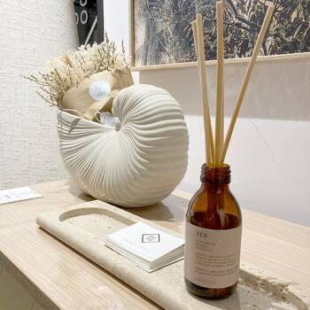 Il faut bien ça en cette drôle de période ! Un beau mikado @faribolesparfums pour sentir Zen et essayer de l'être 😉[d'autres senteurs en boutique et sur notre e-shop] —————————————————— Nice nice@good-designstore.com 0973199469 —————————————————— Marseille ⠀ marseille@good-designstore.com⠀ 01 82 83 11 64 —————————————————— ✌️ #cotedazurcard #lifestyle #gf_daily #tourismepaca #jaimelafrance #loves_france_ #bns_france #dontsnapshoot #ilovenice #guideinstanice #decoration #gooddesignstore #nicelifestylemag #niceshopping06 #marseilleshoppingcenter
