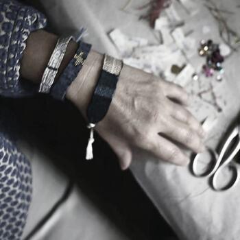 """Rencontre avec @myriambalay, Myriam a séjourné il y a une vingtaine d'années en Inde où elle avait mis en place une production de tissage de grandes pièces textiles avec une technique proche de l'Ikat ; le système lui a permis de tester énormément de choses en terme de coloris et de matières. En autodidacte, Myriam s'était formée aux techniques de tissage et ses pièces ont connu un très beau succès (Armani Home, Nicole Fahri…). Aujourd'hui, la créatrice a changé d'outil et l'a miniaturisé en créant son propre métier à tisser. « Il est portatif, c'est pratique, je l'emmène partout, je peux même travailler dans le train et en voiture … Ces bracelets sont comme des miniatures de ces grandes pièces et ils me servent pour créer des palettes de couleur. Je chine mes fils près de de chez moi et au gré de mes voyages, puis je les tisse comme peut le faire n'importe quelle tisserande sur les rives du Nil.""""   Les bracelets @myriambalay sont sublimes ! À découvrir dans vos @gooddesignstore  ———————————————— Nice  nice@good-designstore.com 0973199469 —————————————————— Marseille ⠀ marseille@good-designstore.com⠀ 01 82 83 11 64 —————————————————— ✌️ #cotedazurcard #lifestyle #gf_daily #tourismepaca #jaimelafrance #loves_france_  #bns_france #dontsnapshoot #ilovenice #guideinstanice #decoration #gooddesignstore #nicelifestylemag #niceshopping06 #marseilleshoppingcenter #commercedepriximite #protegetoncommerce #nice #marseille  #photooftheday #déco"""